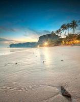 schöner Strand mit buntem Himmel, Thailand foto