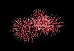 rotes Feuerwerk am schwarzen Himmel foto