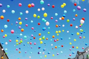 bunte Luftballons auf dem blauen Himmel foto