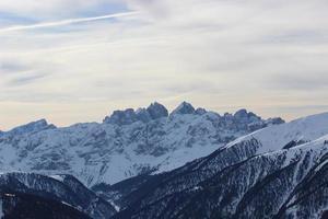 schneebedeckter Berg und Himmel in den Alpen