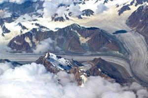 Blick vom Himmel auf eine Berglandschaft