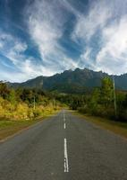 Straße, die zum Berg Kinabalu mit dramatischem Himmel führt