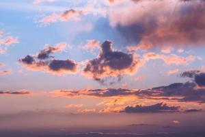 dramatischer Sonnenuntergang über dem Meer. Himmel Hintergrund foto