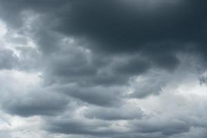 Gewitterwolken über dem Horizont.