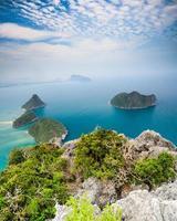 blaues Meer und blauer Himmel und schöne Insel