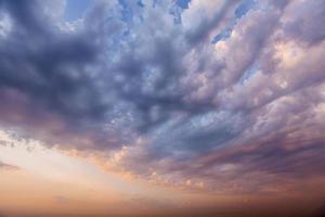 dramatische bunte Wolkenlandschaft, Abendhimmel-Hintergrundtexturwitz