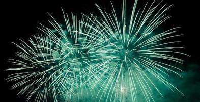 grünes Feuerwerk am Nachthimmel foto