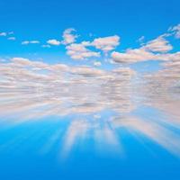 blauer Himmel und weiße Wolken Wasserreflexion