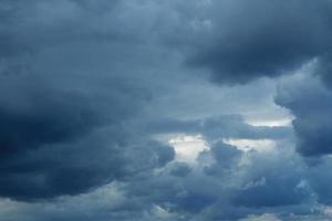 Gewitterwolken über dem Horizont, grau, dunkel. foto