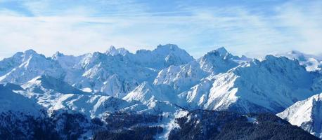 Winter alpine Bergszene unter einem blauen Himmel