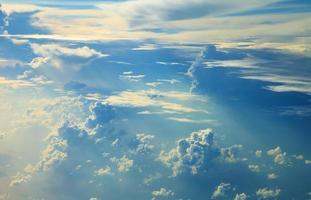 blaue Himmelswolken, blauer Himmel mit Wolken.