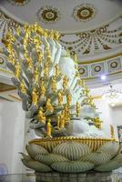 Guanyin-Statue mit tausend Händen im Gebäude.
