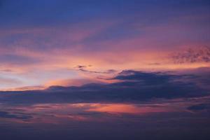 szenischer orange Sonnenuntergangshimmelhintergrund foto