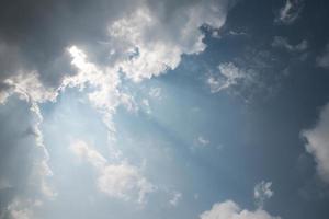 abstrakte dramatische Wolke über dunkelblauem Himmel