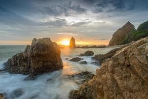 felsiger Strand Langzeitbelichtung Seelandschaft bei Sonnenaufgang bei Chonburi.