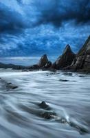 atemberaubende Berg- und Meeressonnenuntergangslandschaft foto