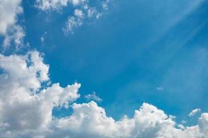 Wolke und Strahlen am blauen Himmel foto
