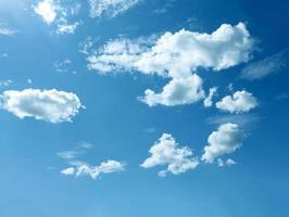 spärliche Wolken am blauen Himmel