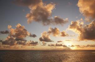 tropischer Himmel mit Wolkenlandschaft und Sonne