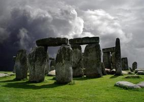 Stonehenge im Hintergrund eines bewölkten Himmels. foto