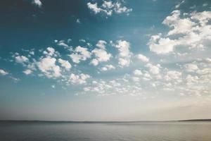 ruhige Seeszene bei Sonnenaufgang