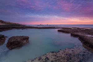 Seelandschaft mit schönem rotem Sonnenuntergang. Portugal.