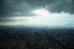 Taipeh unter schweren Wolken foto