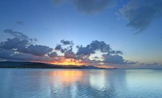dramatischer tropischer Sonnenuntergangshimmel und Meer des Panoramas in der Dämmerung