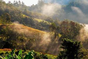 Hügel mit Wolken und Nebel