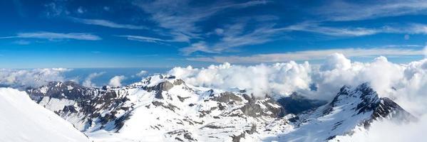 Panoramablick auf die Alpen in der Schweiz foto