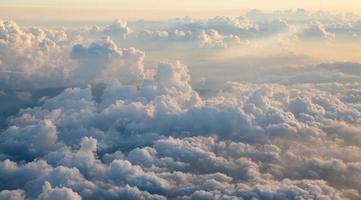 Wolkenkumulus auf abstrakter Form des Sonnenuntergangs vom Flugzeug genommen foto