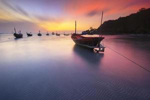 Fischerboote Küstenstrand während des Sonnenuntergangs