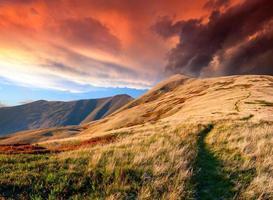 bunter Herbstsonnenaufgang in den Bergen