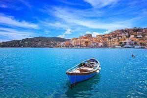 hölzernes kleines Boot in Porto Santo Stefano. Argentario, Toskana, Italien