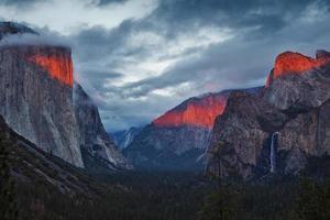 Yosemite-Tal während des dramatischen Sonnenuntergangs