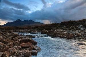 Cuillins und ein Fluss bei Sonnenuntergang in Sligachan foto