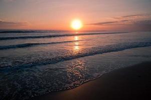 schöner Sonnenuntergang auf Seelandschaft foto