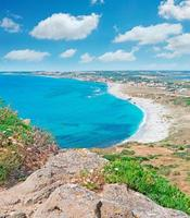 blauer Himmel über der Küste von San Giovanni foto