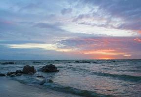 schöne Seelandschaft nach Sonnenuntergang