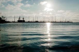 Sonnenaufgang über dem Seehafen in der kuronischen Lagune