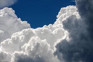 weiße Wolken am blauen Himmel an einem klaren Tag foto