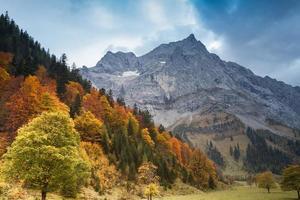 Alpenherbstgebirgslandschaft mit dunkelblauem Himmel. Österreich, Tirol.