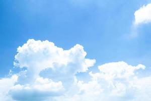 schöne blaue Himmelhintergrundschablone mit etwas Raum für Eingabe foto