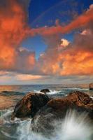 Regenbogen über stürmischem Meer foto