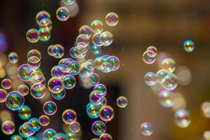 Die Regenbogenseife sprudelt aus dem Blasengebläse.