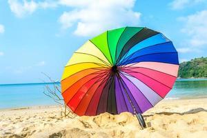 bunter Regenschirm am Strand Phuket foto