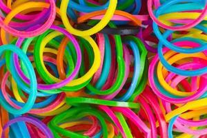 Regenbogenfarben, blaue Webmaschine füllt elastische Gummibänder aus Silikon nach