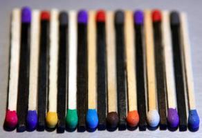 schwarz-weiße Streichhölzer mit farbigen Köpfen foto