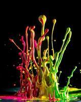 bunte Farbe spritzt