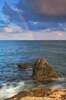 Regenbogen über dem tropischen Meer foto